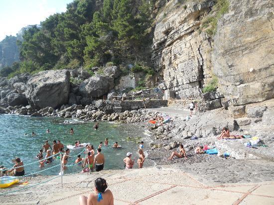 Praiano, rischio crolli: chiusa la spiaggia de La Gavitella