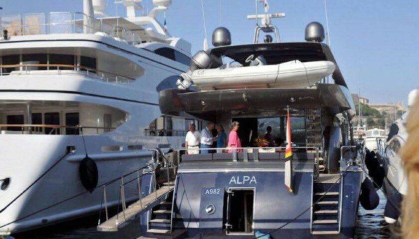 Yacht di Alberto II re dei belgi attracca al porto di Amalfi