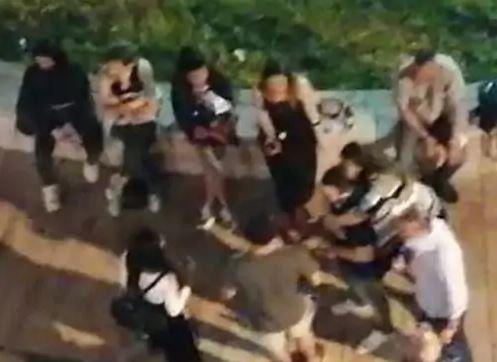 Giovani senza mascherine davanti al bar di Battipaglia, residenti su tutte le furie