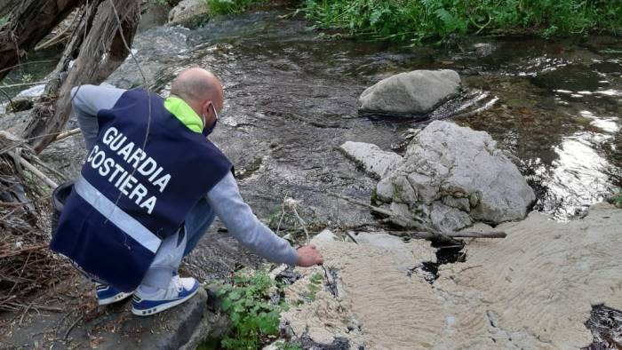 Schiuma bianca nel fiume Irno, rilievi dell'Arpac