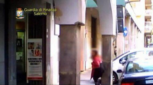 Falsa cieca a Salerno faceva la spesa e giocava pure a carte, sequestro di 73mila euro