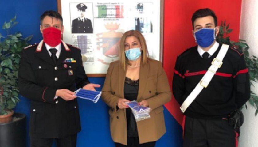Vedova di carabiniere ucciso dona mascherine ai cittadini di Pontecagnano