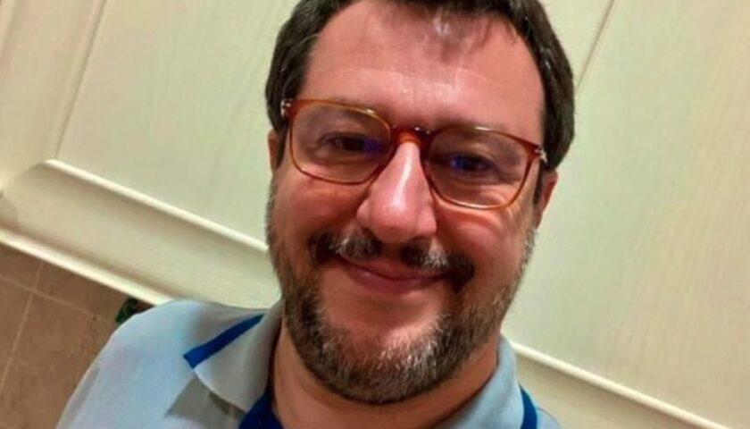 """De Luca ringrazia i collaboratori e demolisce il politico con """"gli occhiali color pannolino"""""""