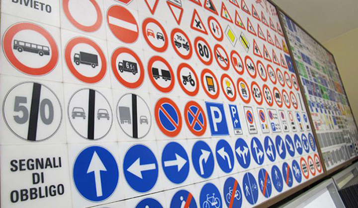 Protestano le scuole guida davanti alla motorizzazione di Salerno