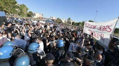 Alta tensione a Mondragone, bottiglie d'acqua contro Salvini costretto a interrompere il comizio. Cariche della polizia per disperdere i contestatori