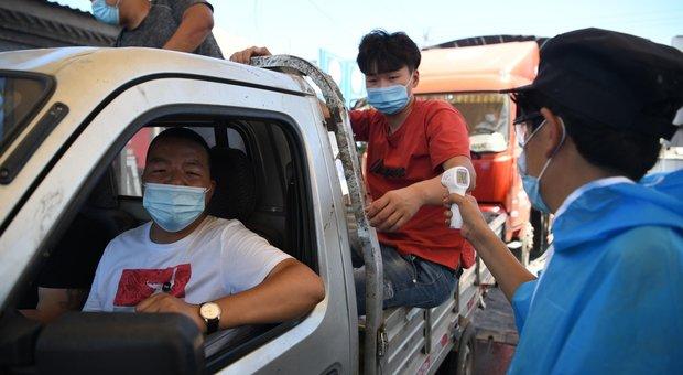 Incubo Covid 19 a Pechino, gente davanti agli ospedali per i test e cancellati il 70% dei voli