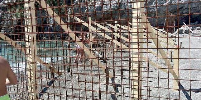 Spiaggia libera della Baia chiusa per caduta massi ma nessuno sa chi ha provveduto a sbarrare parte di arenile