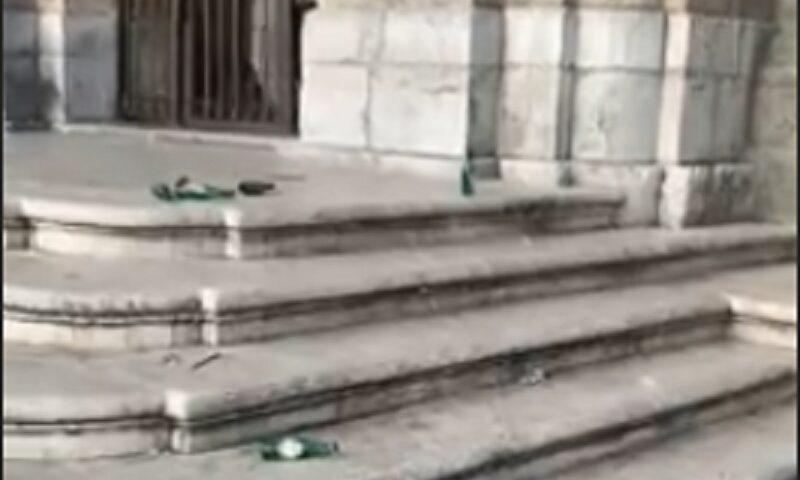 Rifiuti e bottiglie vuote davanti la Chiesa di San Francesco a Cava de' Tirreni, l'amarezza del frate sui social