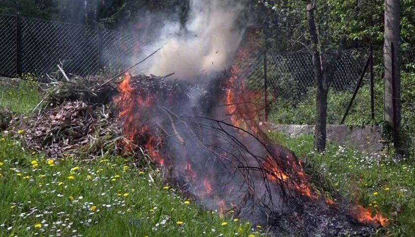 Anziano di Sarno pulisce il terreno dando fuoco alle foglie secche, scoppia incendio: nei guai