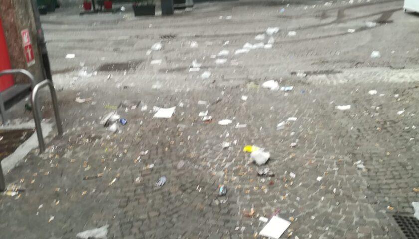 Movida sporcacciona, centro di Salerno travolto dai rifiuti