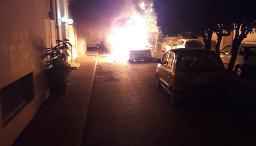 Incendio nella notte nel Parco De Martino di via Clark, auto e scooter a fuoco e palazzi anneriti dal fumo