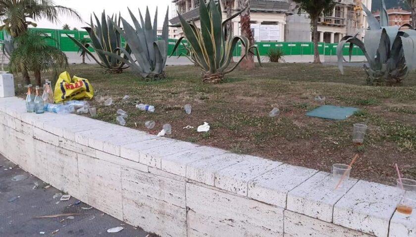 """Lungomare pattumiera, il sindaco di Salerno alza la voce: """"Vandali e scostumati"""""""