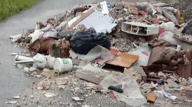 Scarica materiali edili in un terreno, nei guai una donna a Sarno