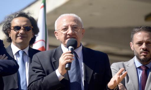 De Luca firma l'ordinanza sull'obbligo delle mascherine per chi arriva in Campania dai paesi extra Schengen