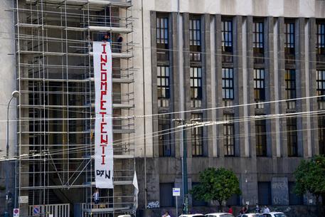 Crisi del lavoro, manifestanti su impalcature in piazza Matteotti a Napoli