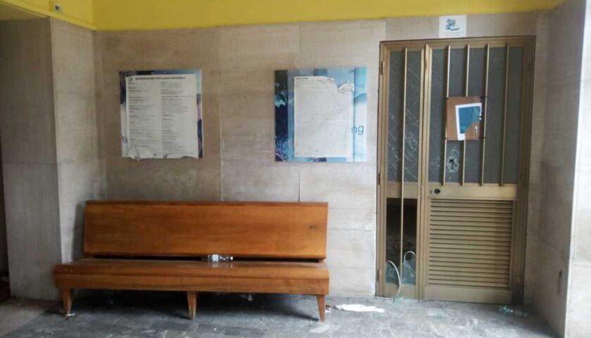 Vandali nella sede della Pro Loco di Vallo, distrutte vetrate delle porte: presentata la denuncia