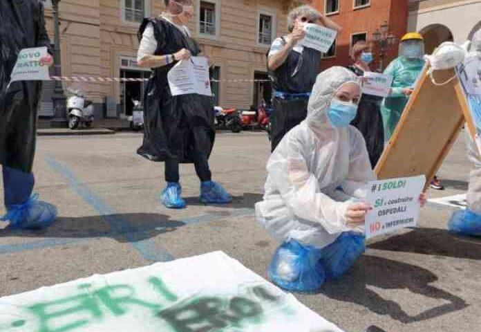 """Il flash mob degli infermieri salernitani: """"Ieri eroi del covid, oggi dimenticati dallo Stato"""""""