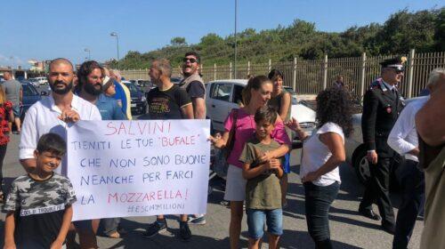 """Salvini a Castel Volturno tra poca gente per il comizio lampo: """"In Campania con Caldoro ci sarà il cambiamento"""""""