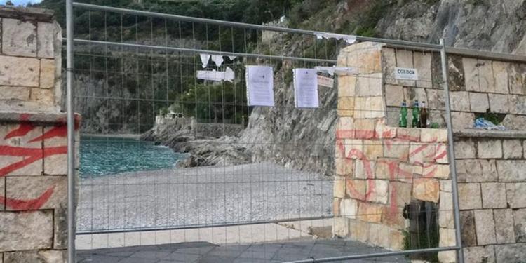 Maiori, interdetta la spiaggia alle spalle del porto di Cetara: dietrofront dei bagnanti