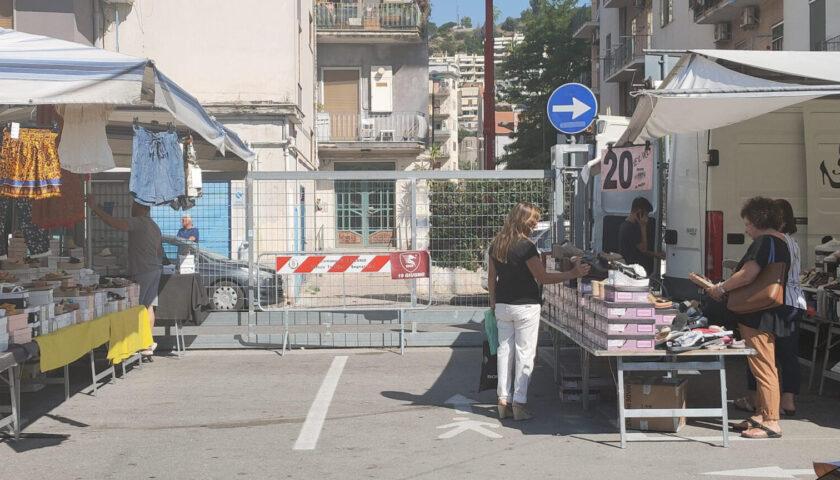 Varchi chiusi al mercato di via Robertelli a Torrione, protesta degli ambulanti