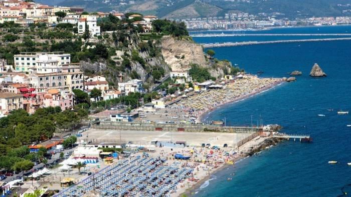 Vietri sul Mare, il sindaco De Simone chiude le spiagge per Ferragosto e stasera