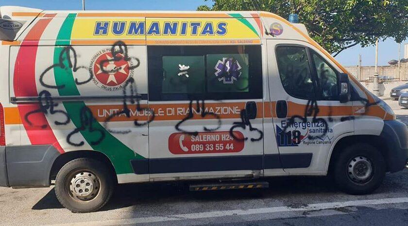 Il tempo degli eroi è già finito, imbrattata ambulanza dell'Humanitas