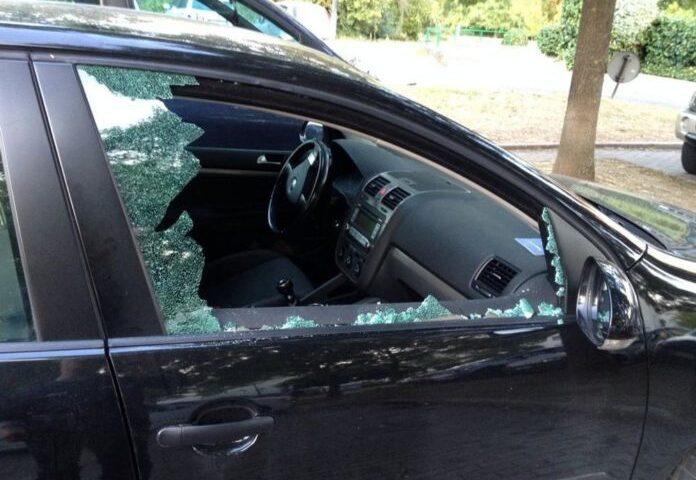 Bagnanti al mare, ladri in azione sul litorale: vetri spaccati e furti di autoradio e smartphone nelle auto
