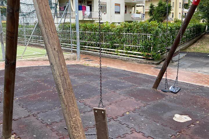 """A Bellizzi vandalizzato il mini parco giochi del rione Parisi, il sindaco: """"I responsabili la pagheranno"""""""