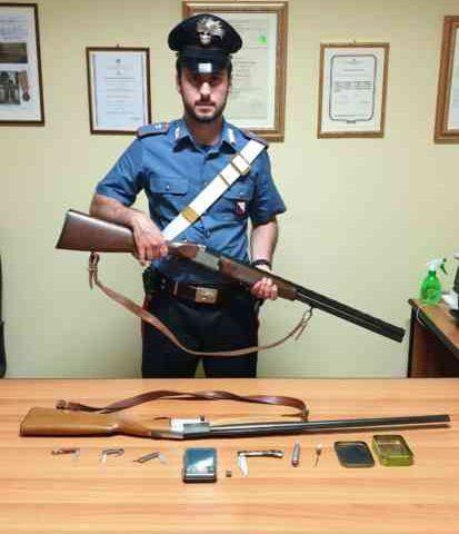 Droga, coltello e fucile in casa: arrestato un 36enne di Montecorvino Pugliano