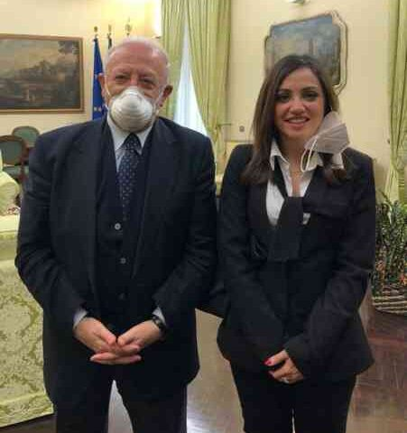 """L'ex deputata 5 Stelle Flora Frate sta con De Luca: """"Un grande e un onore conoscerlo"""""""