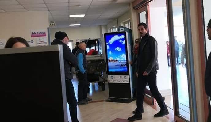 """""""I Bastardi di Pizzofalcone"""" donano un defibrillatore all'ospedale di Sarno"""