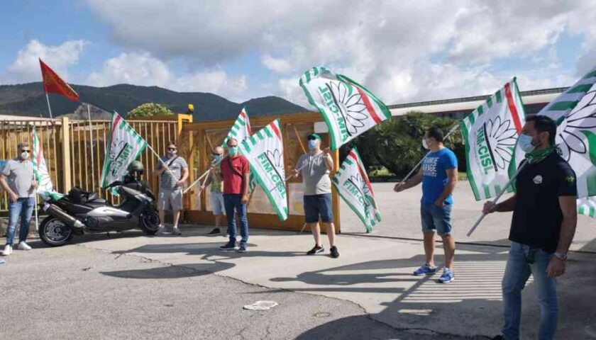I lavoratori Ilvaform di Salerno preoccupati sul futuro protestano davanti all'azienda