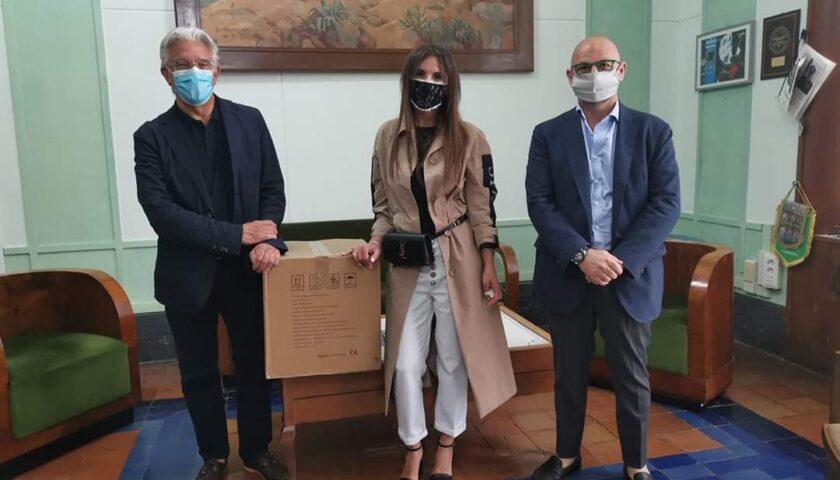 L'imprenditrice Simona Gioia regala mascherine chirurgiche al Comune