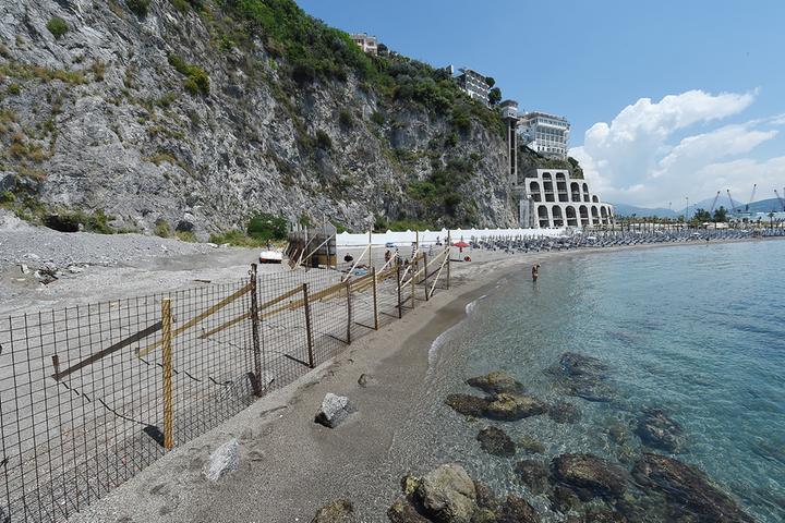 """Spiaggia transennata, il Comune di Vietri sul Mare: """"I gestori del Baia hanno provveduto a farlo per delimitare il confine"""""""
