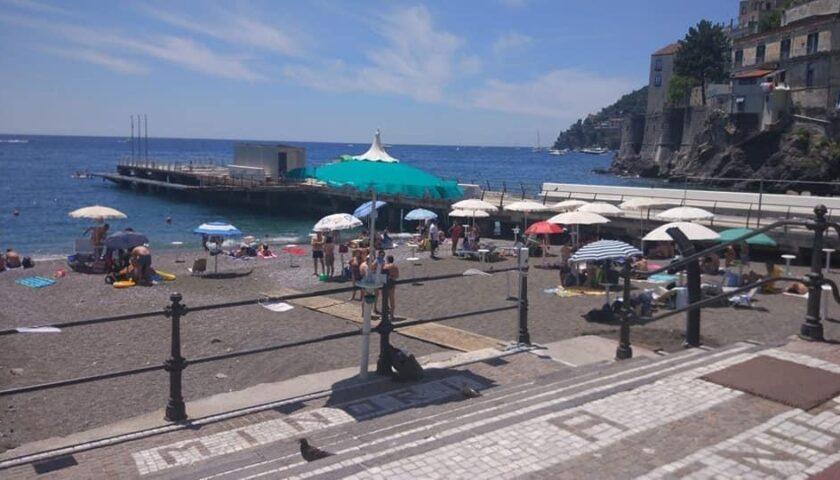 A Minori il mare torna balneabile: revocata l'ordinanza del sindaco Reale