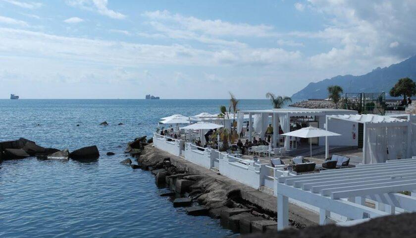 Salerno – il mare devasta il Surf Lounge a Piazza della Concordia