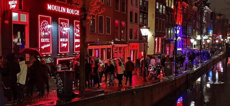 Poco distanziamento sociale, Amsterdam chiude il quartiere a luci rosse