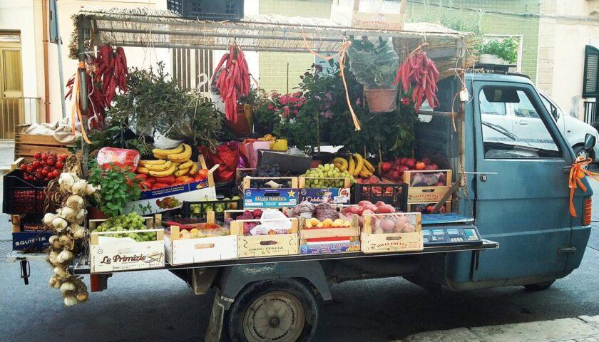 Mentre consegna a domicilio le rubano l'Ape Car con frutta e verdura