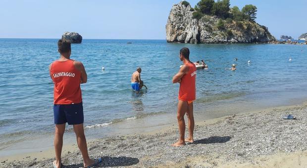 Rischia di annegare nei pressi del Black Marlin Club, turista di Avellino salvato da due bagnini