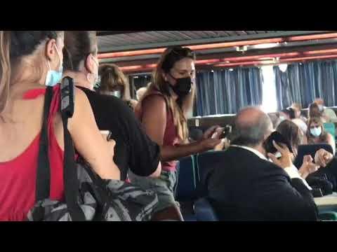 Scoppia la Delucamania sul traghetto verso Ischia: selfie con il governatore
