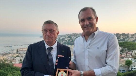 Il sindaco di Napoli de Magistris consegna al professor Tarro la medaglia della città
