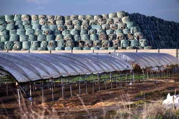 Rifiuti in Campania, De Luca presenta il piano per lo smaltimento delle ecoballe in regione