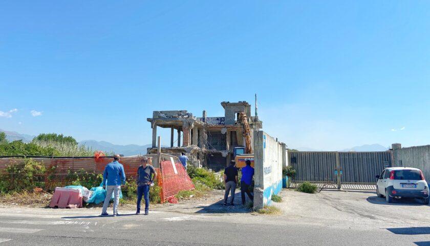 Iniziata questa mattina la demolizione della struttura ex Drive In a Magazzeno di Pontecagnano