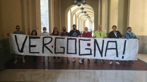 """Operai de La Fabbrica protestano sotto il Comune: """"Disperati, vogliamo incontrare De Luca"""""""