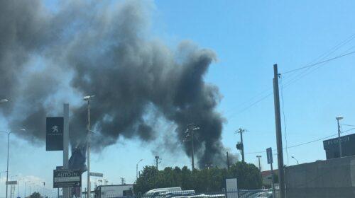 Incendio in un piazzale vicino al centro commerciale Outlet Cilento a eboli