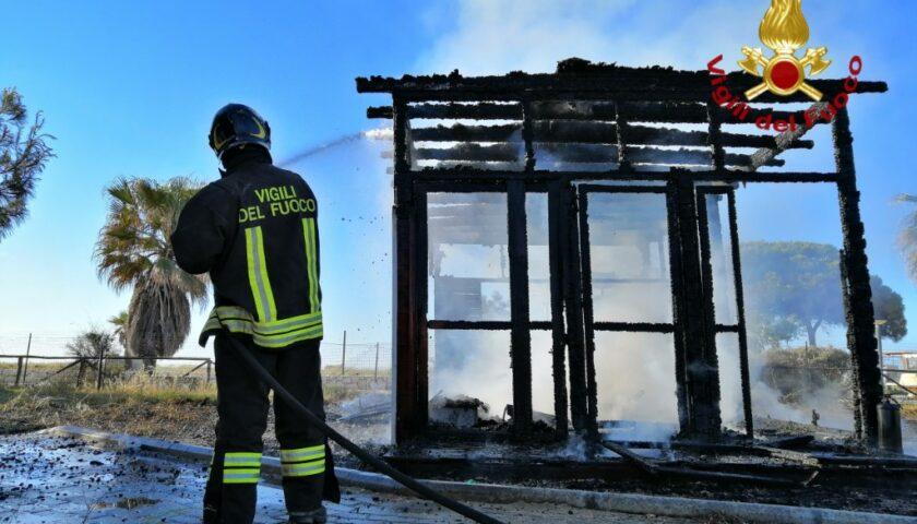 Incendiato un chiosco in via Allende: si indaga