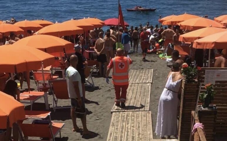 Malore in spiaggia a Maiori, Croce Rossa salva un bagnante