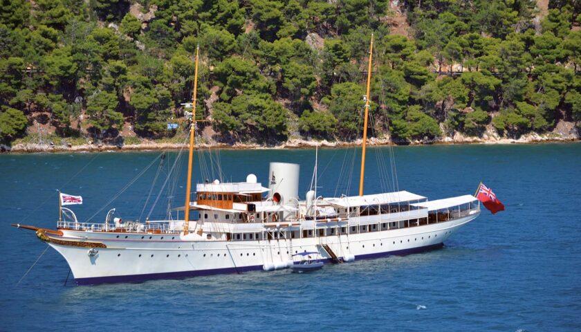 Palinuro, in rada alla Baia del Buondormire lo yacht Nahlin: lungo quasi 100 metri di proprietà di James Dyson