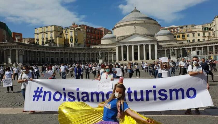"""Sono tornati in piazza a Napoli gli operatori del turismo: """"I bonus della Regione non sono sufficenti"""""""