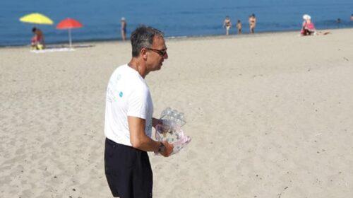 Il ministro all'Ambiente Costa al sole sulla spiaggia di Ascea